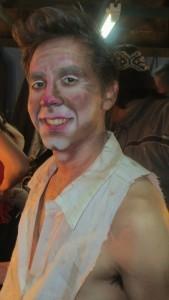 José Pedraza interpreta el papel del Actor. un hombre melancólico que lo único que tiene para sobrevivir es su talento.