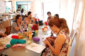 Un grupo de mujeres aprendiendo a hacer manualidades