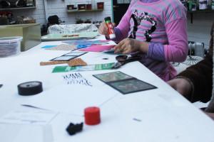 Una niña aprendiendo a realizar manualidades