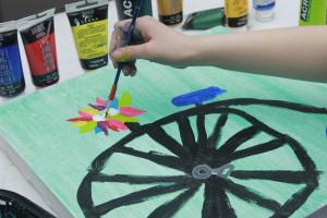 Alumna pintando un cuadro