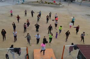 Mujeres bailando zumba al aire libre.