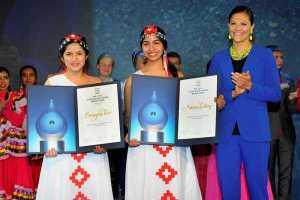 """Naomi recibiendo el premio """"Stockholm Junior Water Price"""" junto a su compañera Omayra Toro"""