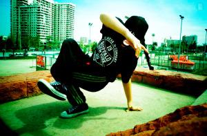 Jesu DF practicando pasos de breakdance.