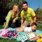 Lisette junto a su familia, luciendo los eco pañales.