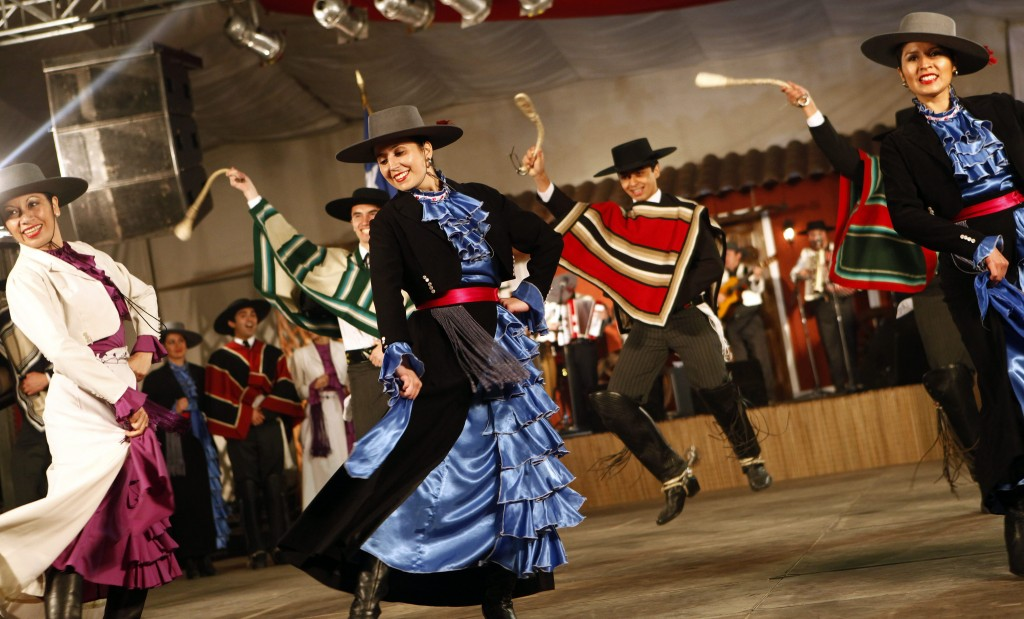 chilenos vistiendo trajes típicos (Foto: http://evc-wp01.s3.amazonaws.com/)