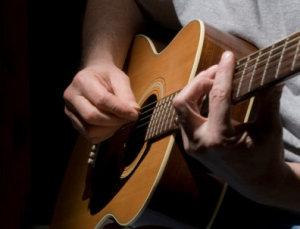 tocar-guitarra