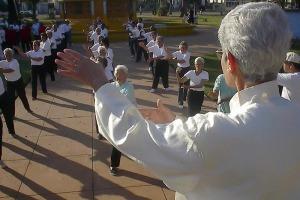 Adultos mayores practicando Tai chi